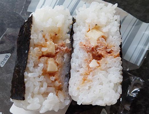 「炙り焼たらこおにぎり[チーズ](130円)」断面