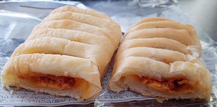 ファミリーマート「もっちパン[ミート&チーズ](108円)」断面