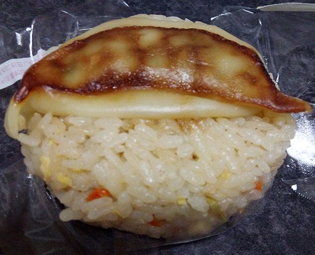 100円ローソン「餃子とチャーハンおにぎり(108円)」