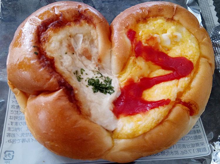 ファミリーマート「2色パン[ツナ&たまご](138円)」