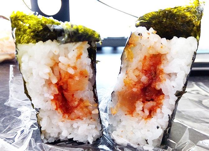 ファミリーマート「韓国風味付海苔 炎の明太キムチ(130円)」断面