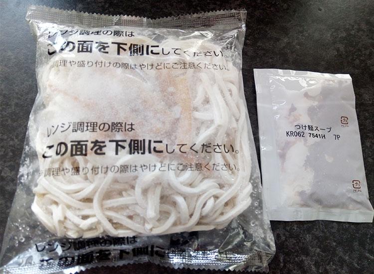 セブンイレブン「具付きつけ麺(240円)」の中身