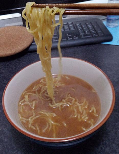 ローソン「味噌ラーメン(125円)」麺上げ
