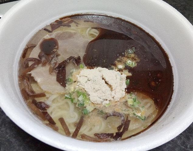 2、お湯を入れて5分待ち「調味油」「粉末スープ」を投入