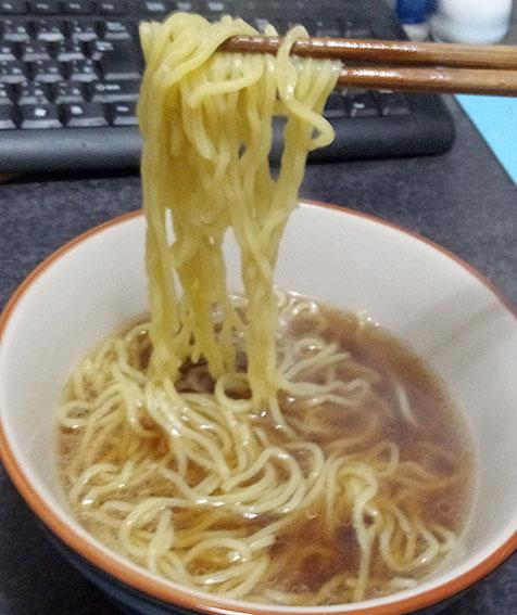 ローソン「冷凍醤油ラーメン(108円)」麺上げ