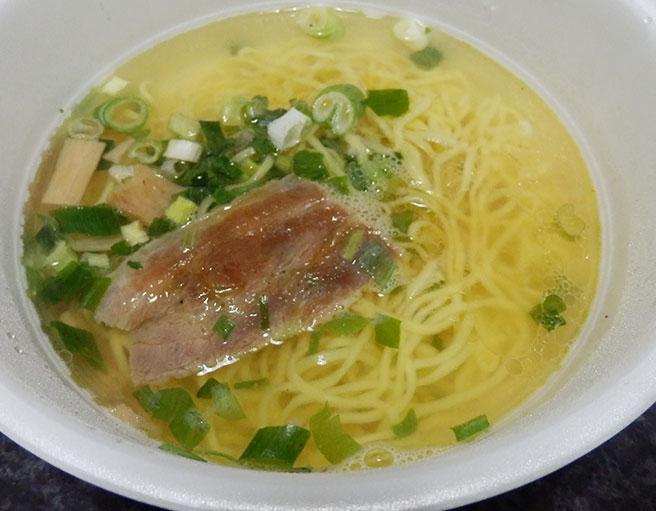 2、お湯を入れて5分待ち「液体スープ」を入れる