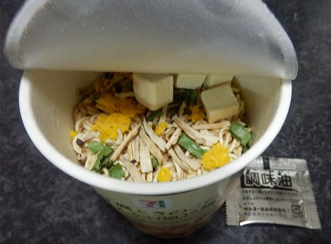 セブンイレブン「豆腐ときのこのあんかけ風拉麺(138円)」の中身