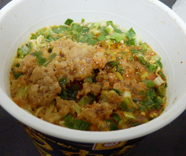 お湯を入れて2分待ち「特製スープ」を入れる。