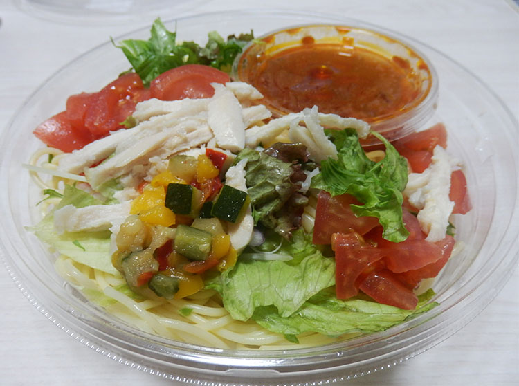 セブンイレブン「1/2日分野菜冷たいパスタ 蒸し鶏とトマト(460円)」