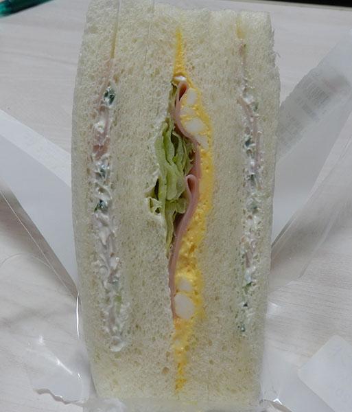 デイリーヤマザキ「たまごハムサラダサンド(220円)」