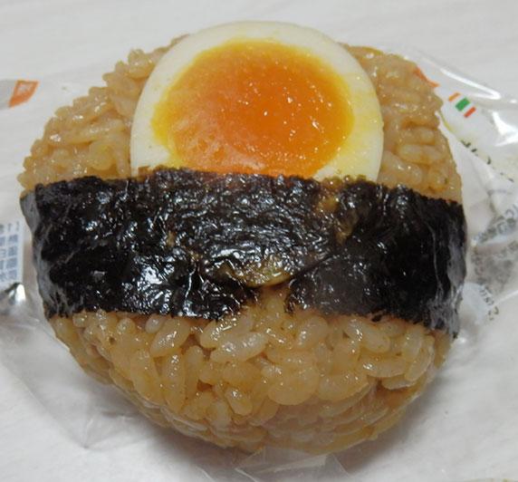 セブンイレブン「とんこつラーメンご飯と半熟煮玉子おむすび(140円)」