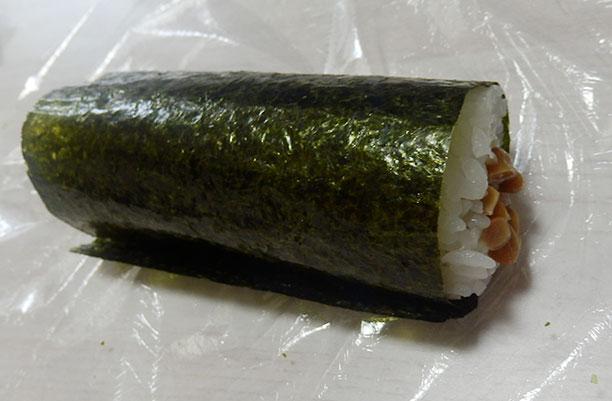 セブンイレブン「手巻寿司 うめ納豆巻[カリカリ梅入り](150円)」