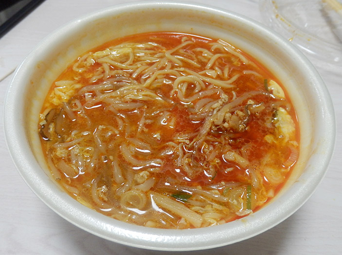 セブンイレブン「熟成中華麺酸辣湯麺[スーラータンメン](460円)」