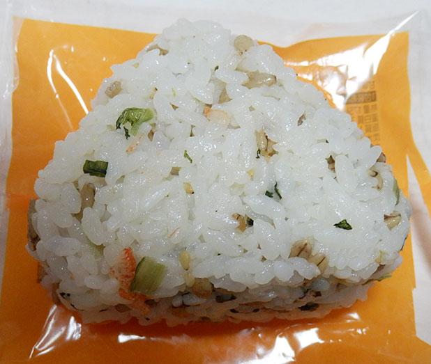 ファミリーマート「スーパー大麦 桜えびと野沢菜おむすび(120円)」