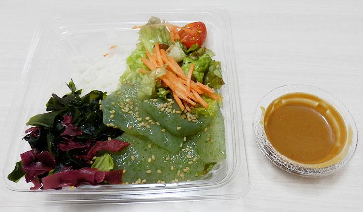 ファミリーマート「刺身こんにゃくと海藻のサラダ(298円)」