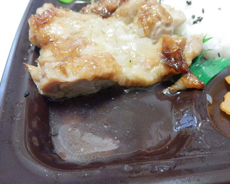 塩ポン酢を「チキンステーキ」にかける