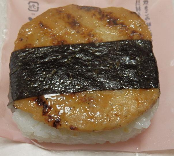 ローソン「炭火で焼いた鶏つくねおにぎり(145円)」