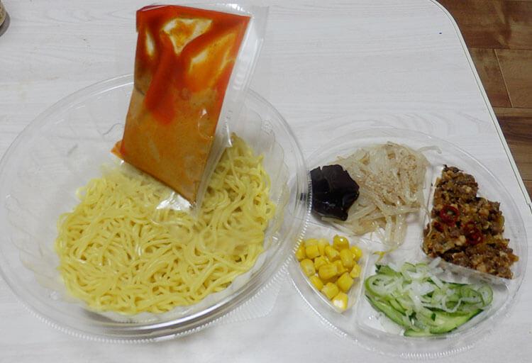 デイリーヤマザキ「冷しカラシビ味噌らー麺[鬼金棒監修](498円)」
