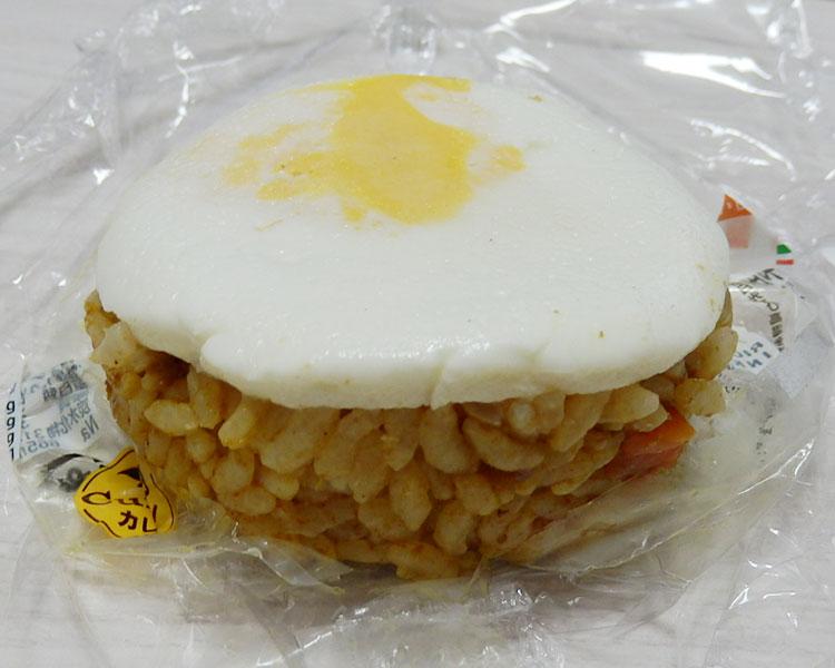 セブンイレブン「玉子を添えたドライカレーおむすび(150円)」