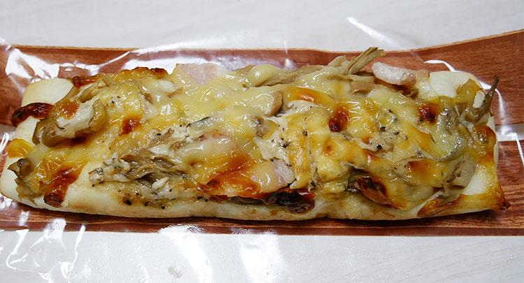 セブンイレブン「きのことベーコンのチーズ焼きパン(148円)」