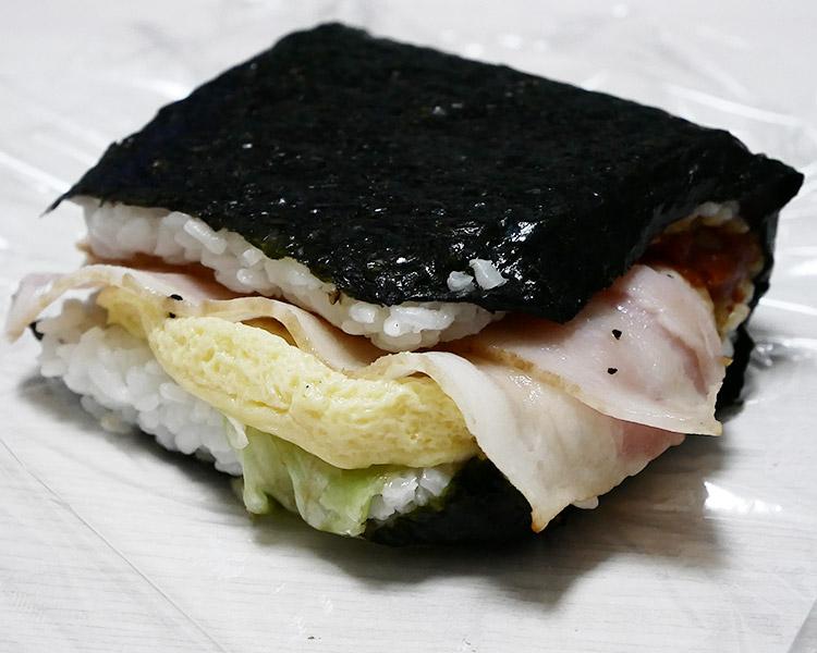 デイリーヤマザキ「サンドおむすび ベーコン&玉子焼(216円)」