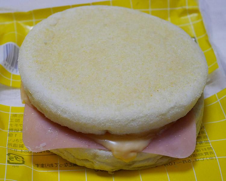 ローソン「ハムたまごチーズマフィン(150円)」