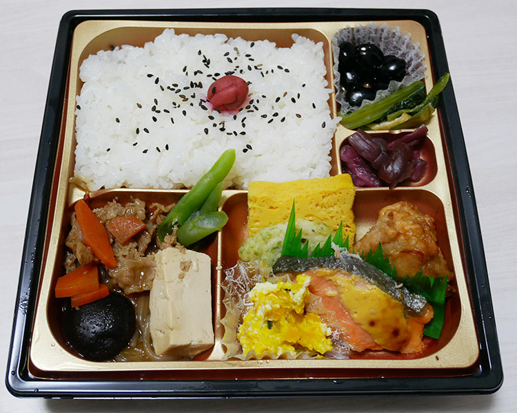 ファミリーマート「牛すき煮と銀鮭の幕の内弁当(598円)」