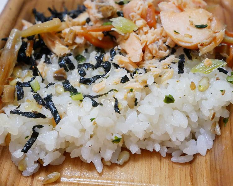ファミリーマート「鮭と根菜のごはん[スーパー大麦入り](330円)」