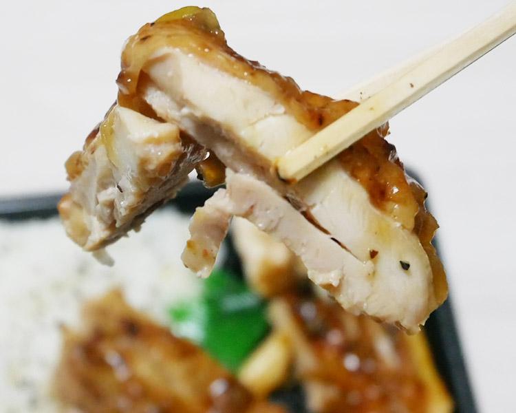 ファミリーマート「炙り焼チキンステーキ弁当[オニオンソース](530円)」