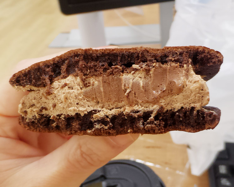 ローソン「生チョコのもっちりとしたどら焼(170円)」