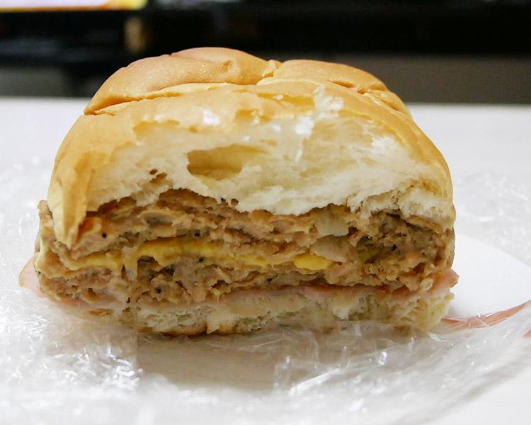 デイリーヤマザキ「ダブルハンバーグパン[ハム&チーズ](165円)」
