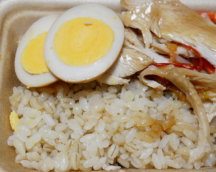 セブンイレブン「しっとり国産鶏むねチャーシュー御飯[もち麦](340円)」