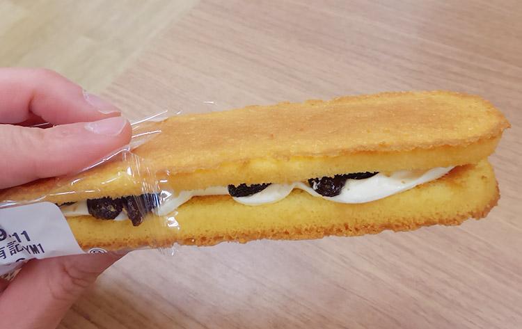 ファミリーマート「香ばしいクッキーのクリームサンド[レーズン](135円)」