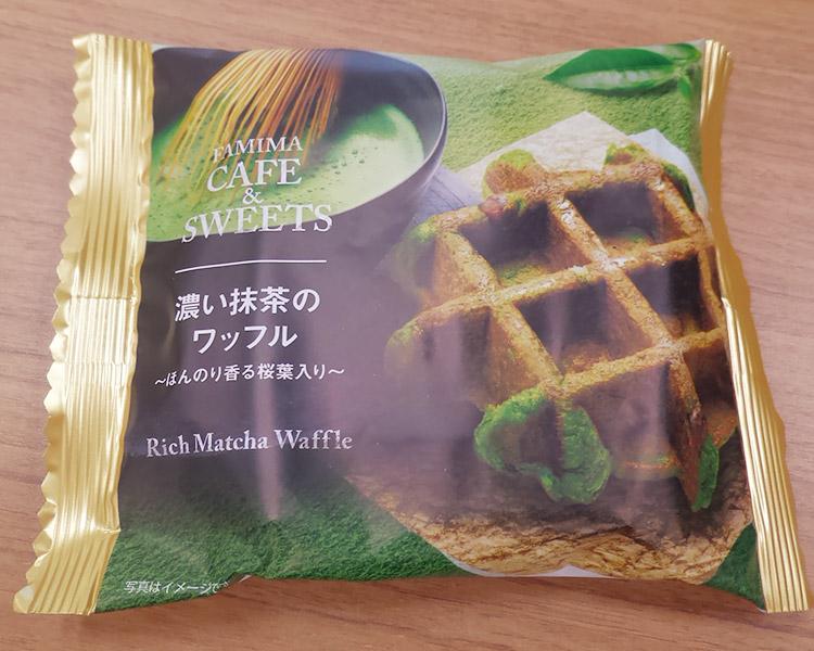 濃い抹茶のワッフルほんのり香る桜葉入り(144円)