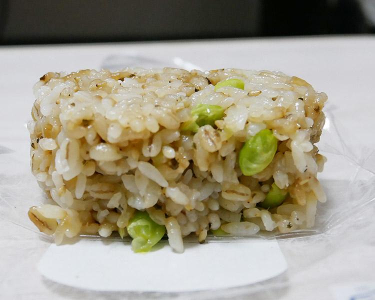 ローソン「もち麦入りおにぎり 枝豆と塩昆布(125円)」