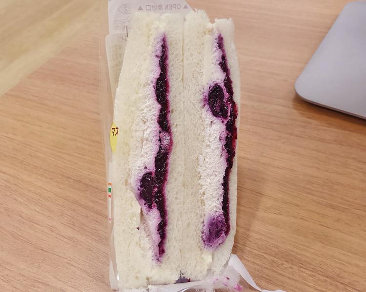 セブンイレブン「ブルーベリー&クリームチーズサンド(237円)」
