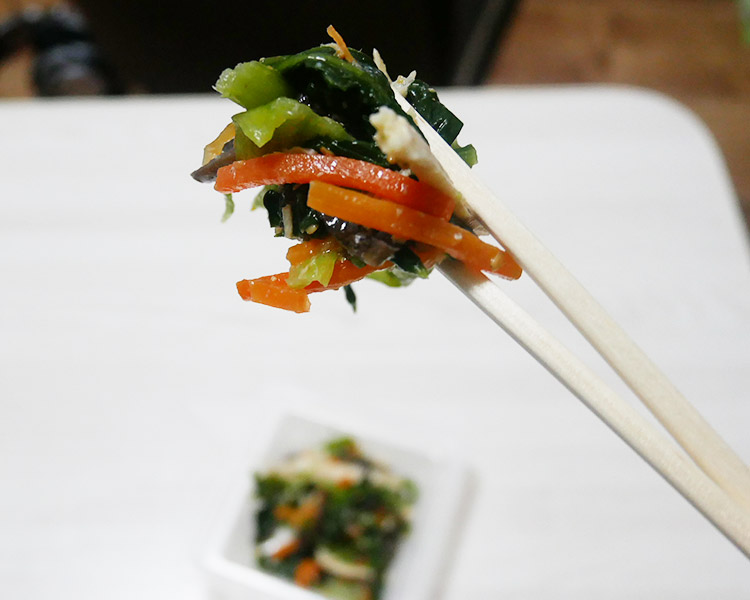 ファミリーマート「蒸し鶏と小松菜のナムルサラダ(178円)」