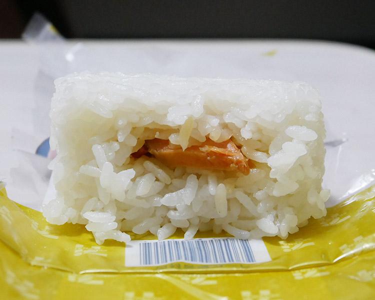 セブンイレブン「厳選米おむすび 紅鮭焼漬け(129円)」