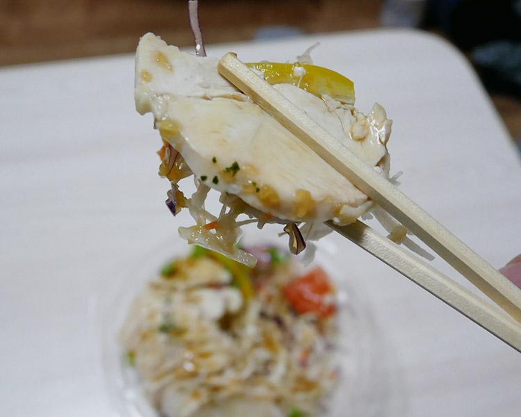 まいばすけっと「サラダチキンと彩り野菜のサラダ(321円)」