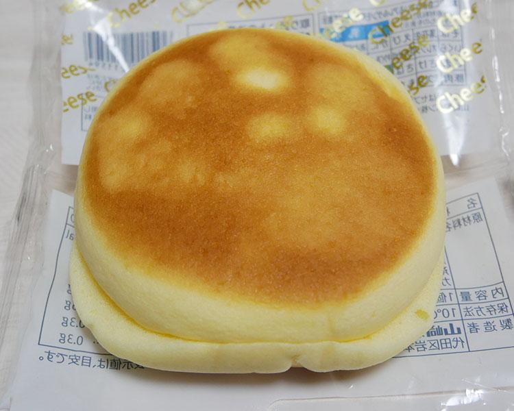 セブンイレブン「チーズ蒸しケーキサンド(138円)」
