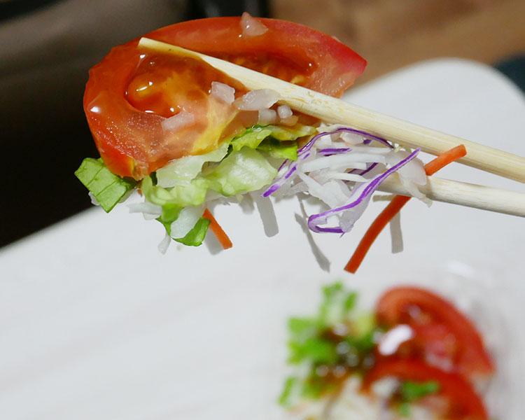 ミニストップ「オニオンソースで食べるトマトサラダ(297円)」