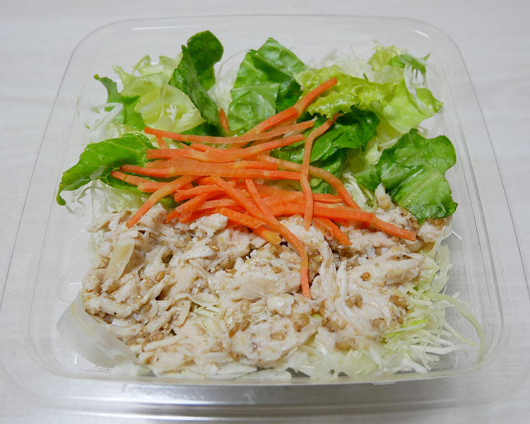 ファミリーマート「蒸し鶏のサラダ(198円) + 減塩和風ドレッシング(25円)」
