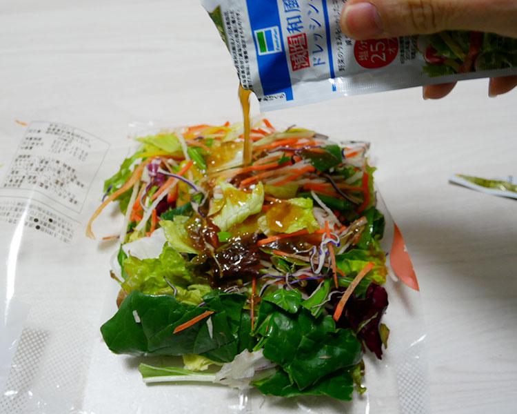 ローソン「緑黄色野菜ミックス(208円)」と「減塩和風ドレッシング(25円)」