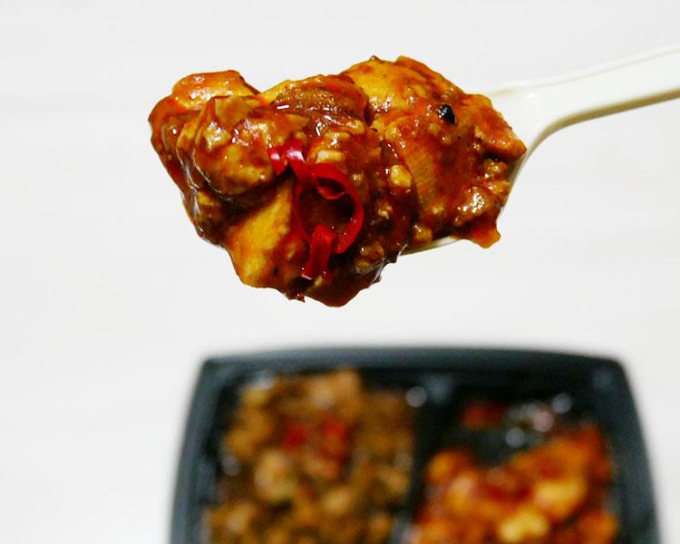 まいばすけっと「赤と黒の麻婆豆腐(300円)」