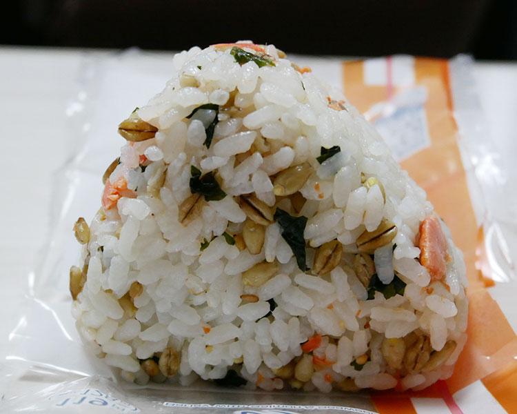 ファミリーマート「スーパー大麦 紅鮭わかめ おむすび(128円)」