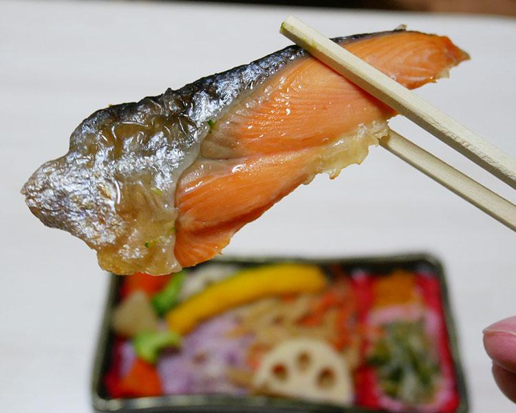 まいばすけっと「1/3日分野菜の焼鮭黒米弁当(397円)」