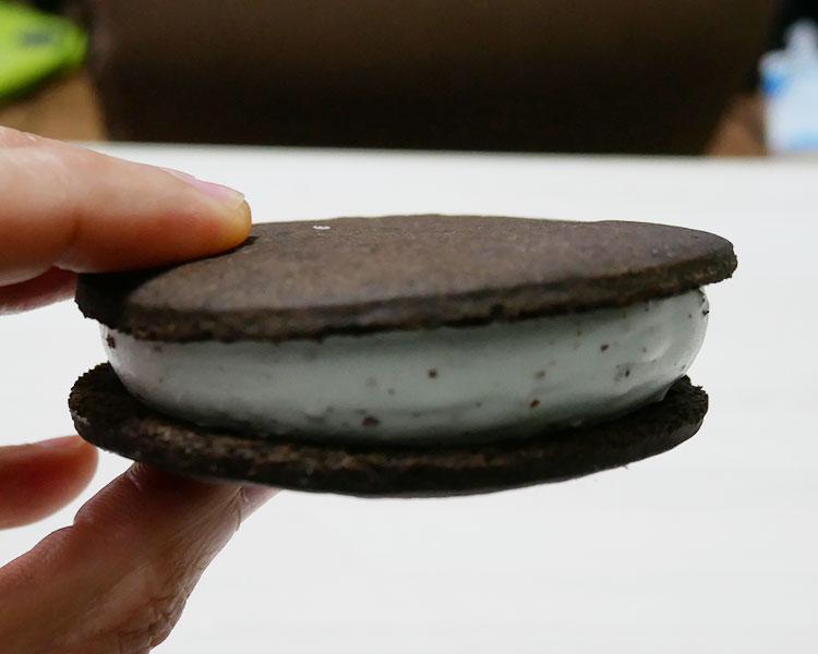 ファミリーマート「ぎっしり満足!チョコミントクッキーサンド(178円)」