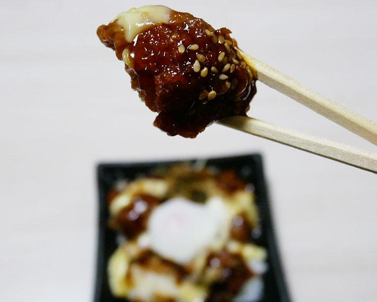 デイリーヤマザキ「黒酢ソース仕立てのから揚げごはん[温泉卵添え](380円)」