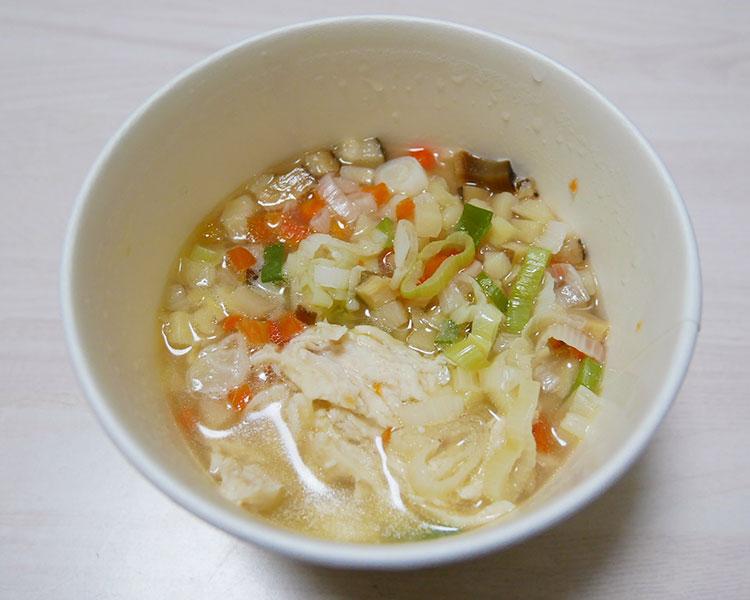 ローソン「もち麦プチプチ!蒸し鶏と野菜の鶏白湯スープ(330円)」