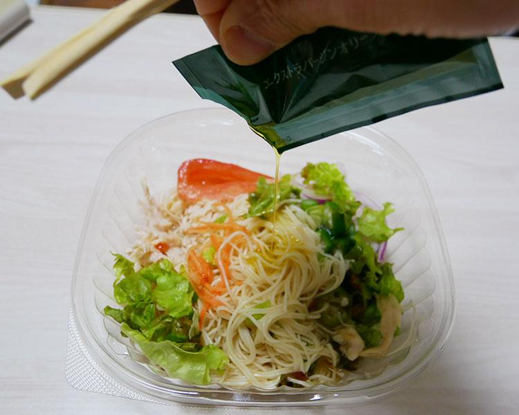 セブンイレブン「オリーブオイルを楽しむ 蒸鶏と野菜のそうめん(464円)」